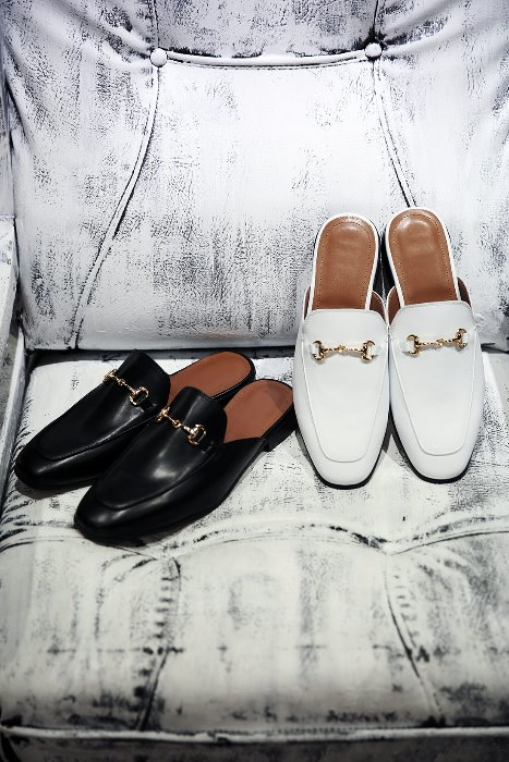 Monotone Chain Leather Loafer Shoes