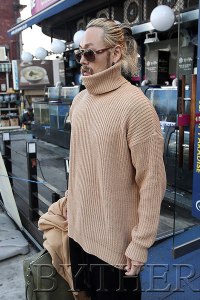 Side slit Hatchi turtleneck knit tee