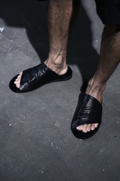 Minimalist diagonal leather slippers